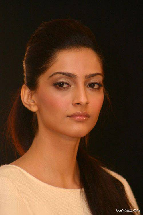 Sonam Kapoor Gears up for Delhi 6 Premiere