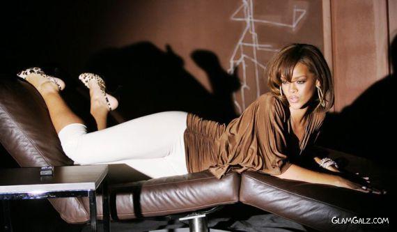Beauty Singer Rihanna in Karaoke